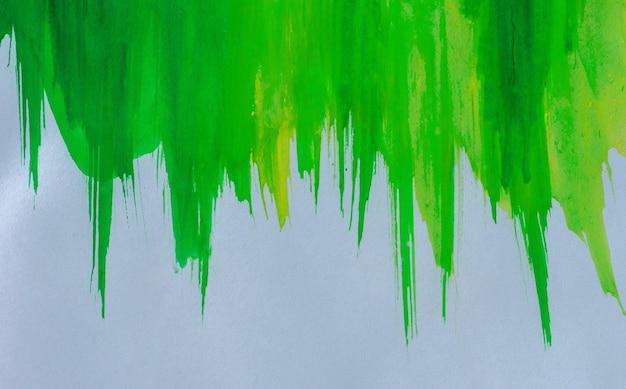 Абстрактный фон зеленой акварелью на белой бумаге, для фона и обоев