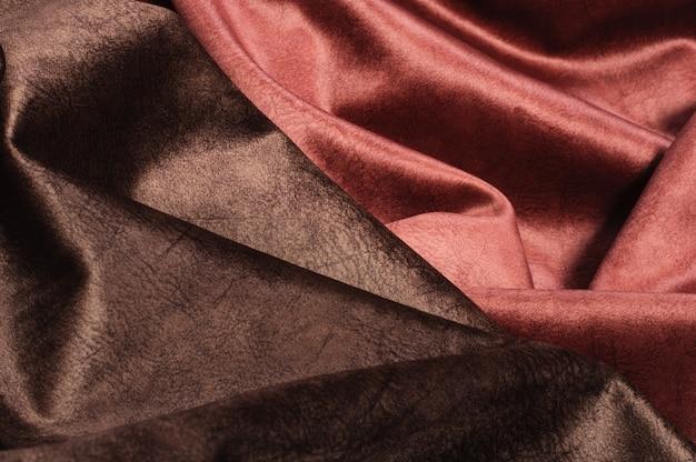 Абстрактный фон роскошной блестящей атласной красно-коричневой ткани