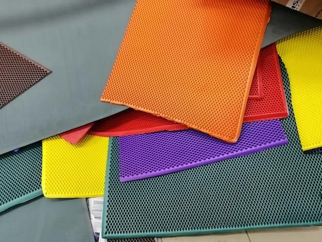 셀 패턴으로 여러 가지 빛깔된 고무 조각의 추상적인 배경. 합성 에바 소재.