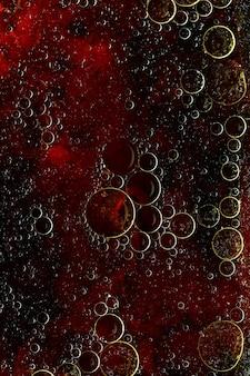 물 표면에 둥근 기름 거품의 추상적 인 배경.