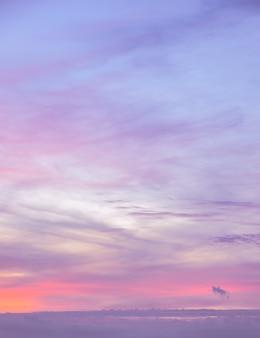ピンクのグラデーションの音色で黄色の空の背景の抽象的な背景