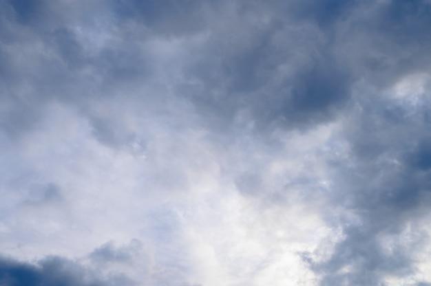 밝은 푸른 하늘에 하얀 솜털 구름의 추상적인 배경. 고품질 사진