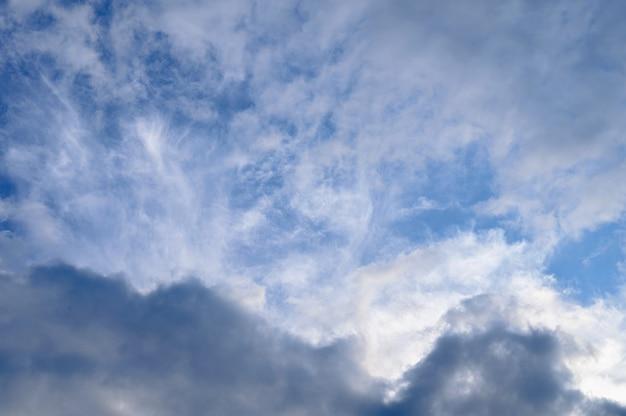 明るい青空に白いふわふわの雲の抽象的な背景。
