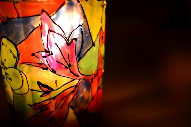 촛대 근접 촬영에 추상적인 배경 패턴 스테인드 페인트