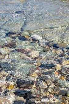 추상적 인 배경 질감, 물에 다채로운 바다 돌, 상위 뷰