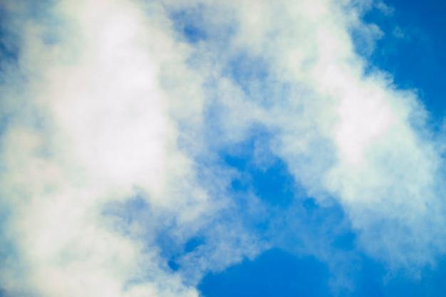 抽象的な背景澄んだ青い空に白い煙