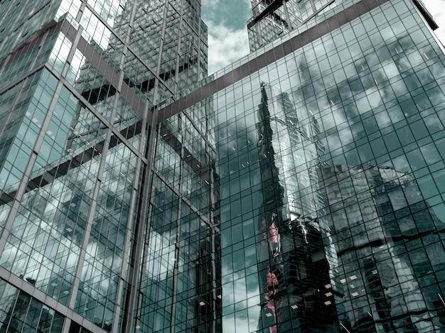 Абстрактный фон с размытыми отражениями в зеркалах. абстрактный фрагмент современной архитектуры, стены из стекла.