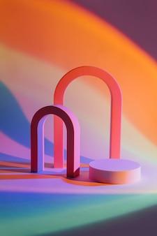 製品のプレゼンテーションのためのネオン光の幾何学的な形と表彰台と抽象的な背景。製品を展示するための表彰台とアーチ。
