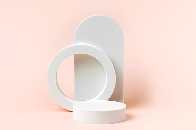 製品のプレゼンテーションのためのパステルカラーの幾何学的な形と表彰台と抽象的な背景