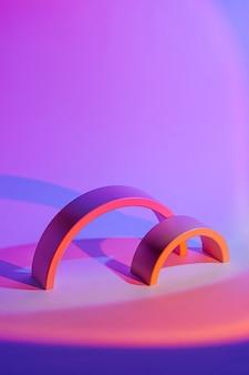 ネオンの光の中で幾何学的な形で抽象的な背景。スタイリッシュな幾何学的形状。