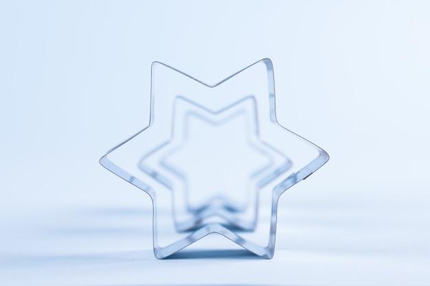 Абстрактный фон с металлическими звездами на пастельно-синем фоне. мягкий фокус. место для текста