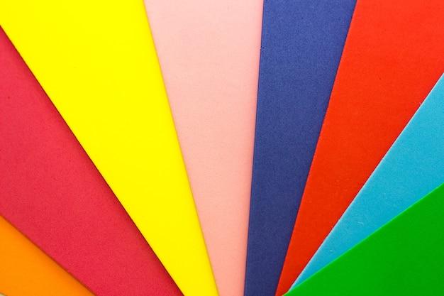 色とりどりの紙と抽象的な背景。レインボーコンセプト