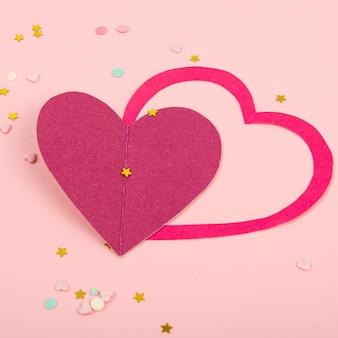 ペーパーハート、バレンタインデーの紙吹雪と抽象的な背景。ポスター、バナー、投稿、カードの愛と気持ちの背景スタジオ写真