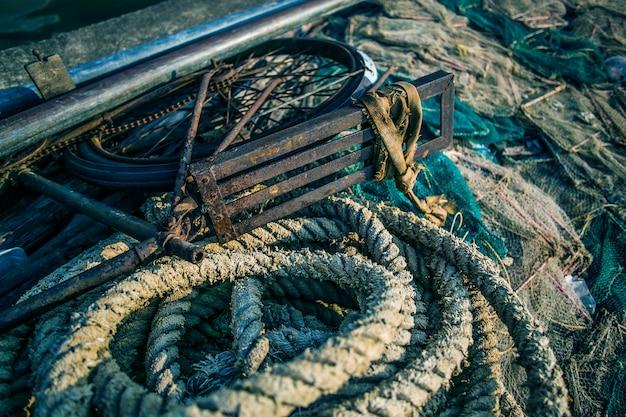 Sfondo con un mucchio di reti da pesca pronto per essere gettato