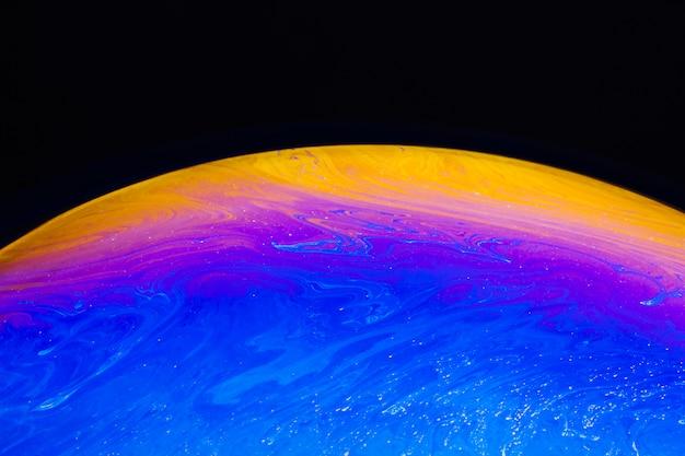 紫と黄色の球と抽象的な背景