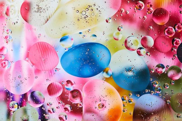 鮮やかな色で抽象的な背景。水に油滴を試してみてください。