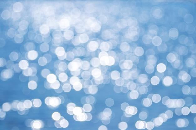 白と青のキラキラと抽象的な背景。クリスマスの背景