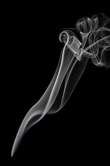 Абстрактное прекрасное искусство. белый дым от благовоний, изолированных на черном фоне.