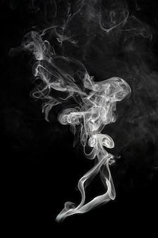 Абстрактное прекрасное искусство. белый дым на черном фоне.