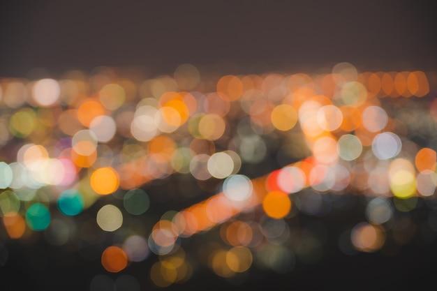 街灯黒の背景に緑黄赤青の抽象的な大きなボケ夜の生活