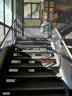 추상 검은 금속 계단 구조. 검정색 계단