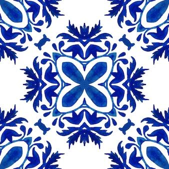 추상 파란색과 흰색 손으로 그린 다마스크 꽃 타일은 매끄러운 장식용 수채화 페인트 패턴입니다. 패브릭 및 월페이퍼, 세라믹 타일, 배경 및 페이지 채우기를 위한 우아한 지중해식 질감.