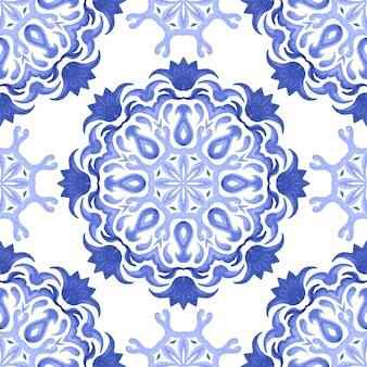 Абстрактные синие и белые рисованной дамасской плитки бесшовные декоративные ретро акварель краской узор. элегантная роскошная рисованная текстура для обоев, фонов и заливки страницы синим и белым Premium Фотографии