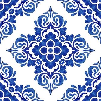 추상 파란색과 흰색 손으로 그린 된 다 마스크 타일 원활한 장식 복고풍 수채화 물감 페인트 패턴.