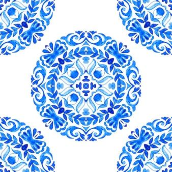 抽象的な青と白の手描きのメダリオンタイルシームレス装飾花輪水彩ペイントパターン