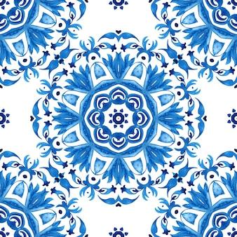 抽象的な青と白の手描きタイルシームレス曼荼羅ダマスク装飾水彩ペイントパターン。