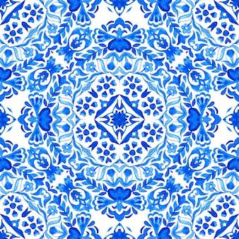 Абстрактные синие и белые рисованной плитки бесшовные декоративные акварель дамасской узор.