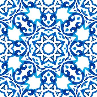 추상 파란색과 흰색 손으로 그린 된 타일 원활한 장식 수채화 페인트 패턴. 아랍어 기하학적 인쇄, 동 문화, 인도 스타일, 아라베스크, 페르시아 모티브