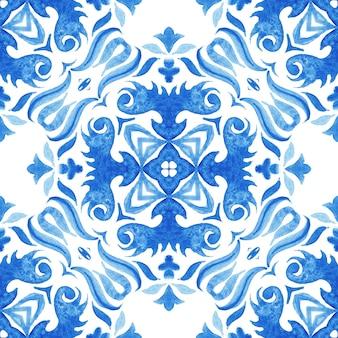 추상 파란색과 흰색 손으로 그린 된 타일 원활한 장식 수채화 페인트 패턴. 파란색과 wihte azulejo 장식 요소.