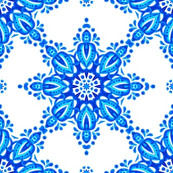 추상 파란색과 흰색 손으로 그린 타일 원활한 장식용 수채화 페인트 패턴. 패브릭 및 월페이퍼, 배경 세라믹 타일 및 페이지 채우기를 위한 우아한 꽃 메달리온 기하학적 질감.
