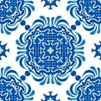 추상 파란색과 흰색 손으로 그린 된 타일 원활한 장식 수채화 페인트 패턴. azulejo 타일 패브릭 및 월페이퍼, 배경 및 페이지 채우기를위한 우아한 고급 질감.
