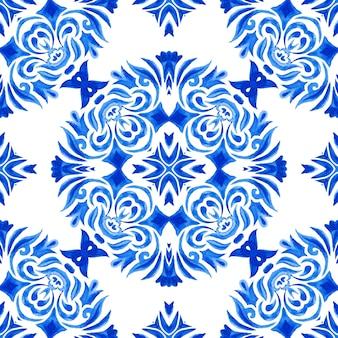 추상 파란색과 흰색 손으로 그린 된 타일 원활한 장식 수채화 페인트 패턴. 초대장 패브릭 및 월페이퍼, 배경 템플릿 및 페이지 채우기를위한 우아한 고급 질감.