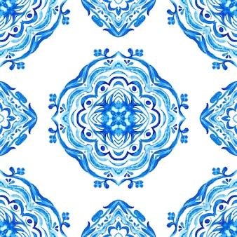 Абстрактные синие и белые рисованной плитки бесшовные декоративные акварель краска шаблон.