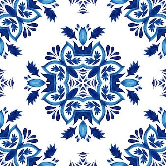 抽象的な青と白の手描きのタイルのシームレスな装飾用水彩絵の具のパターン。
