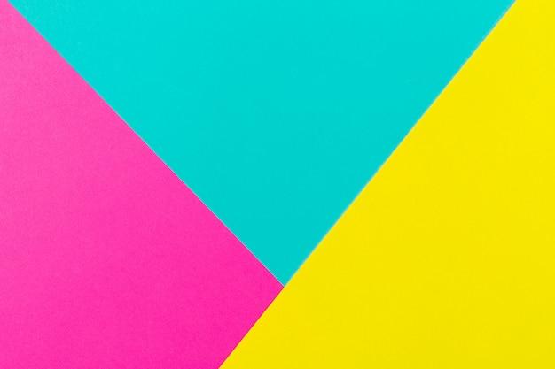 抽象的なブルーシアンピンクと黄色の紙の幾何学的構成の背景。コピースペース。テキスト用の空き容量。