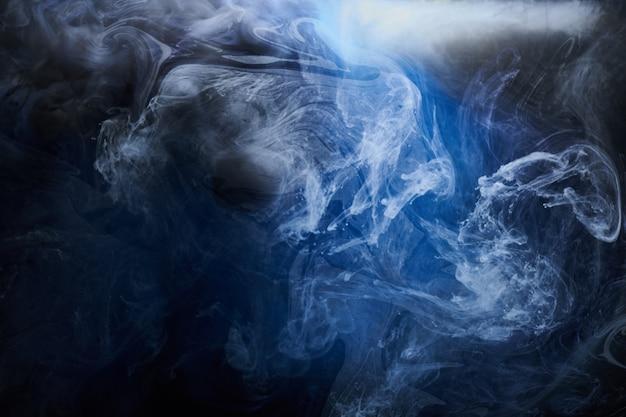 추상 푸른 바다 배경입니다. 수중 소용돌이 치는 연기, 생생한 바다 색 벽지, 물에 파도 페인트