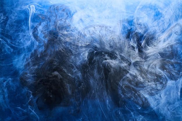 抽象的な青い海の背景。水中の渦巻く煙、鮮やかな海の色の壁紙、水中の波のペンキ
