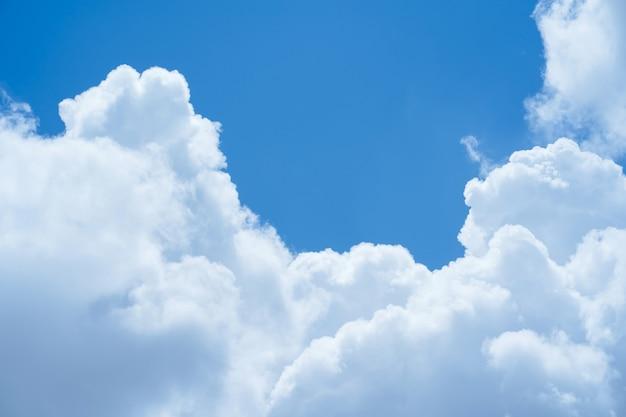 抽象的な青い空と空のテキスト用のスペースと背景の雲。