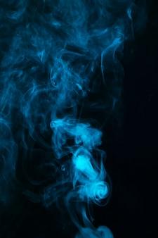 검은 어두운 배경에 추상 푸른 연기 확산