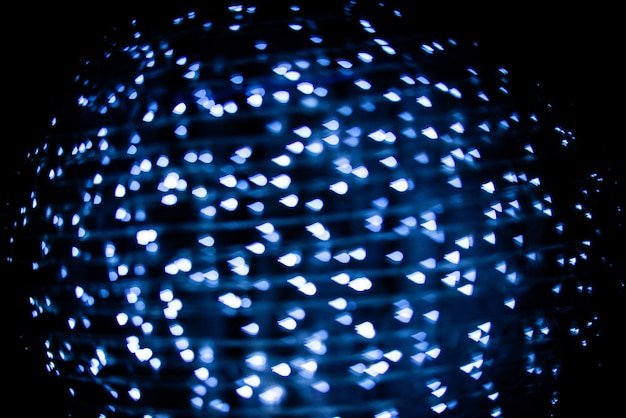 黒の背景に抽象的な青い水滴ボケ