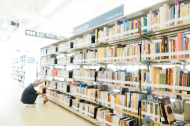 Абстрактное размытие и расфокусированная книжная полка в библиотеке