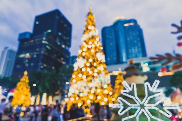 抽象的なぼかしとクリスマスと新年のお祭りのクリスマスツリーに多重の照明