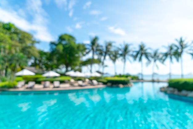 Абстрактный размытие кровати бассейн вокруг плавательного бассейна в роскошном курортном отеле для фона - концепция праздника и отпуска