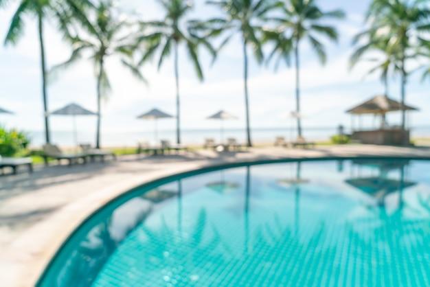高級ホテルリゾートのswimmimgプールの周りの抽象的なぼかしベッドプール