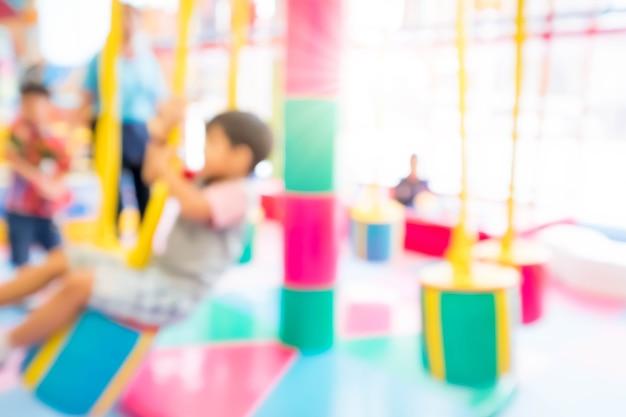 슬라이드, 실내 어린이 놀이터에서 재생 추상 흐림 행복 한 아이.
