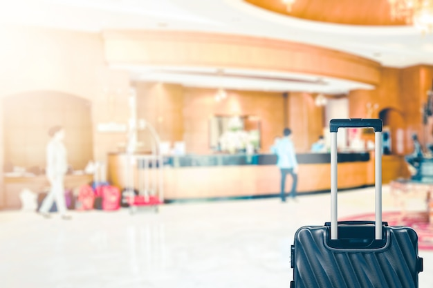 Абстрактное лобби отеля blur с регистратором и багажной сумкой для фона